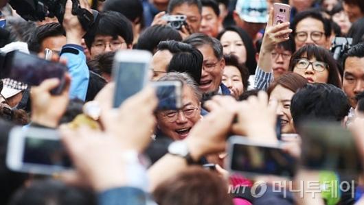 [사진]지지자들에 둘러싸인 문재인 후보