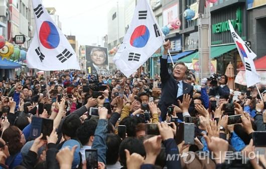 [사진]원주 유세 나선 문재인 후보