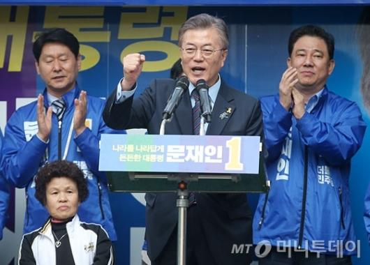 [사진]원주시민에 지지 호소하는 문재인 후보