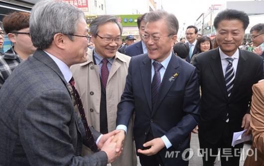 [사진]원주시민들 만난 문재인 후보