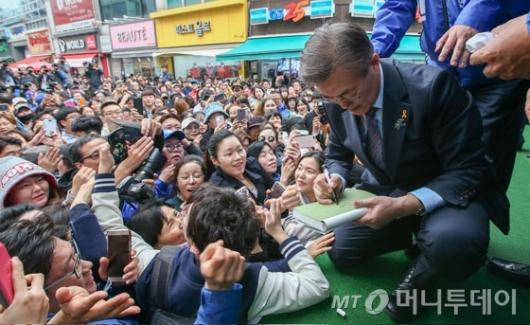 [사진]지지자 책에 사인하는 문재인 후보
