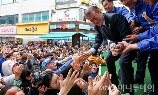 [사진]원주시민 만난 문재인 후보