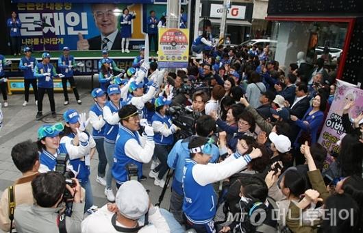 [사진]원주시민들과 함께한 문재인 유세단 '슈퍼문'