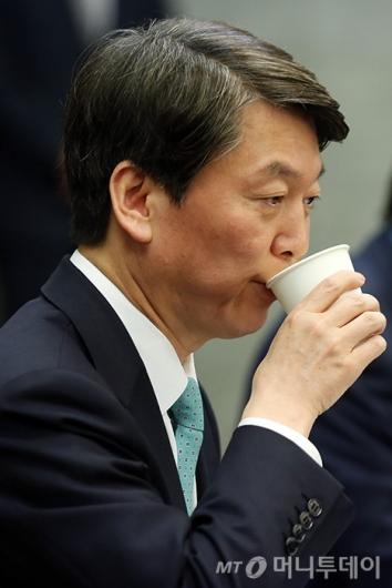 [사진]물 마시는 안철수