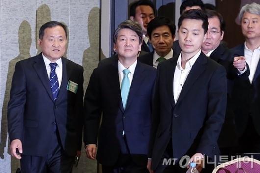 [사진]편집인협회 세미나 참석하는 안철수