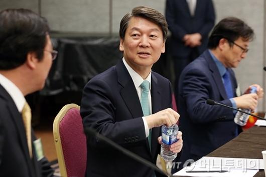 [사진]편집인협회 세미나 준비하는 안철수