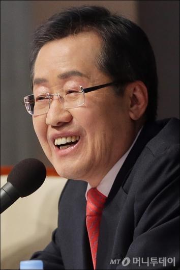 [사진]미소짓는 홍준표 후보