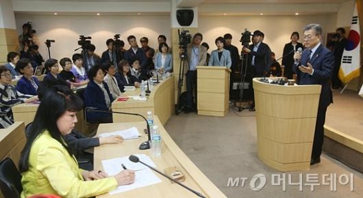 [사진]문재인, 한국여성단체협의회 초청 성평등 간담회 참석