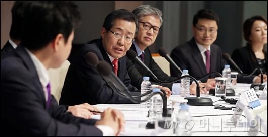 [사진]토론회 참석한 홍준표 후보
