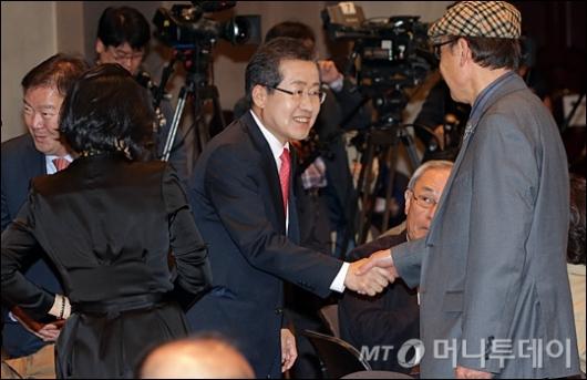 [사진]관훈토론회 참석하는 홍준표 후보