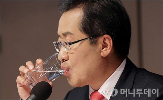 [사진]물 마시는 홍준표 후보