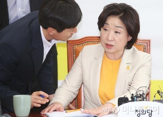 [사진]당직자와 대화하는 심상정 후보