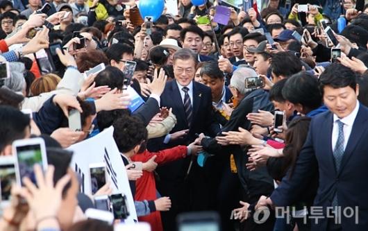 [사진]인천시민들 만난 문재인 후보