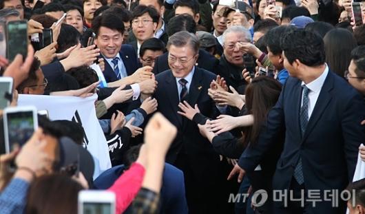 [사진]문재인 '인천시민들과 하이파이브'