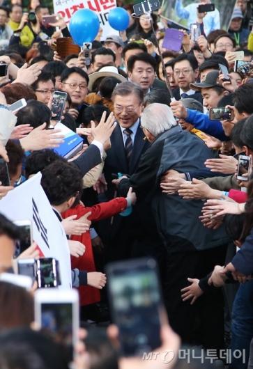 [사진]인천시민들에 둘러싸인 문재인 후보
