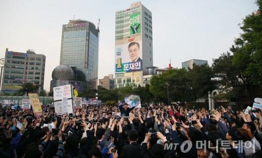 [사진]부평역 앞에 모인 문재인 지지자들
