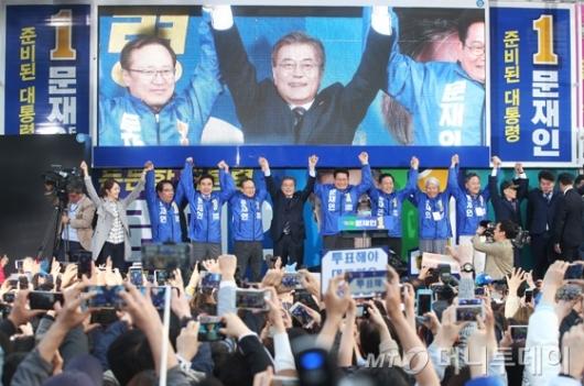 [사진]인천 유세 나선 문재인 후보