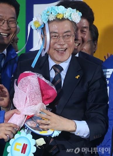 [사진]꽃머리띠 쓴 문재인 후보