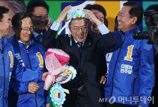 [사진]문재인 '꽃머리띠 잘 어울리죠?'