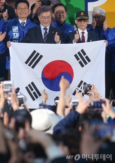 [사진]문재인 '참전용사와 함께 엄지척'