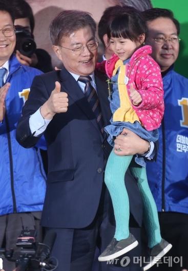 [사진]아기 안은 문재인 후보