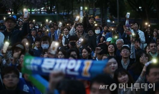 [사진]플래시로 환호하는 문재인 지지자들