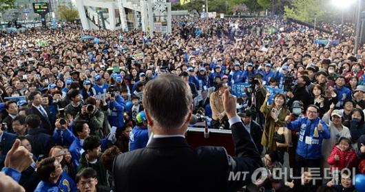 [사진]문재인 유세장 모인 인천시민들
