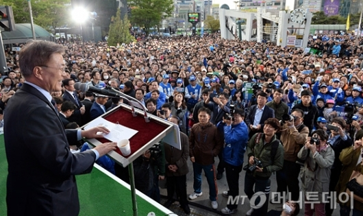 [사진]문재인, 인천 부평역 앞 유세