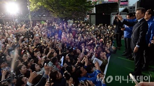 [사진]'문재인 밝혀주는 지지자들'