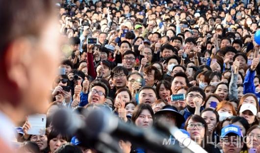 [사진]문재인 유세 찾은 인천시민들