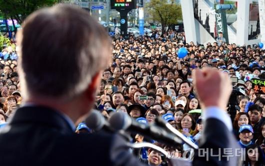 [사진]문재인 유세장 찾은 인천시민들