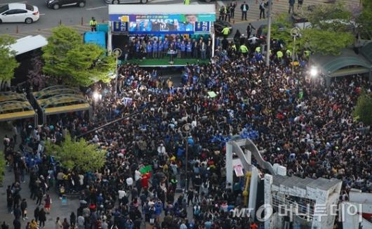 [사진]문재인 유세장 찾은 지지자들