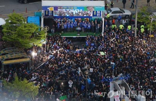 [사진]문재인 인천 부평역 앞 유세