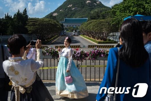 [사진]한복 입고 청와대 찾은 시민들