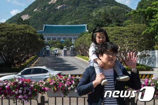 [사진]청와대 본관 앞 즐거운 시간 보내는 시민들