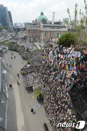 [사진]서울역 광장에 설치된 슈즈트리