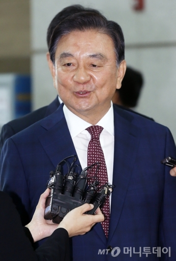 [사진]취재진 질문에 답하는 홍석현 특사