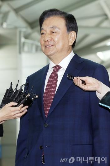 [사진]홍석현 특사, 취재진 질문에 옅은 미소