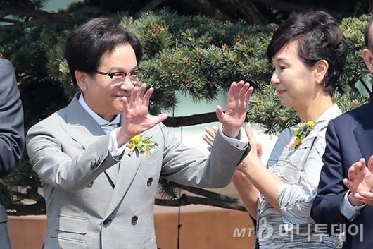 [사진]손 흔드는 이재현 회장