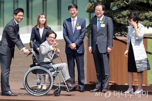 [사진]밝은 모습으로 손 흔드는 이재현 회장