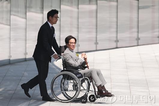 [사진]휠체어 타고 이동하는 이재현 회장
