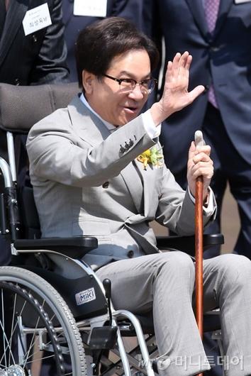 [사진]직원들 향해 손 흔드는 이재현 회장