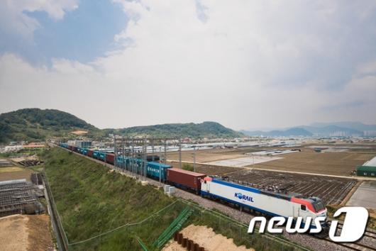 [사진]'국내 최장' 80량 화물열차 운행
