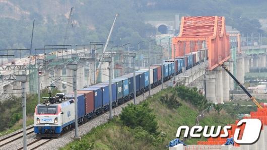 [사진]국내 최장 1.2키로 화물열차 시험운행 성공