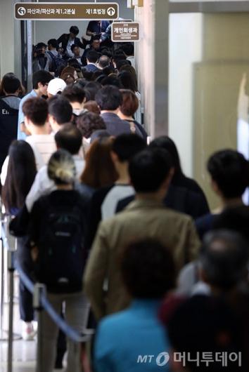 [사진]길게 이어진 박 전 대통령 첫 재판 방청권 추첨