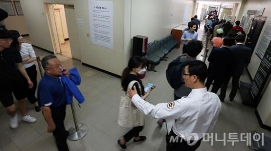 [사진]박 전 대통령 첫 재판 응모권 추첨 '줄을 서시오'