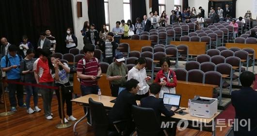 [사진]길게 줄지은 박 전 대통령 재판 방청권 응모