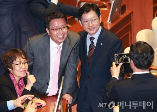 [사진]기념촬영하는 김경수-이철희 의원