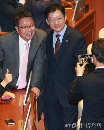 [사진]사진 찍는 이철희-김경수 의원