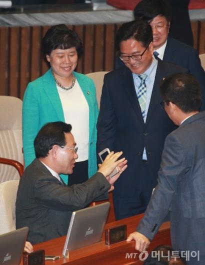 [사진]대화하는 우원식-주호영 원내대표